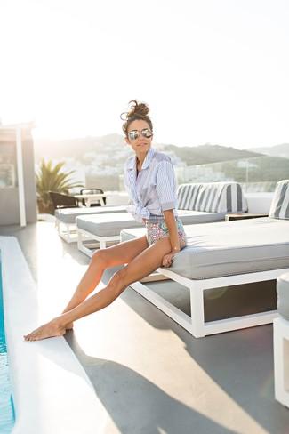 Combinar un bañador: Para un atuendo tan cómodo como tu sillón utiliza una camisa de manga corta de rayas verticales celeste y un bañador.