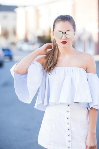 Cómo combinar: gafas de sol plateadas, falda con botones blanca, top con hombros descubiertos celeste