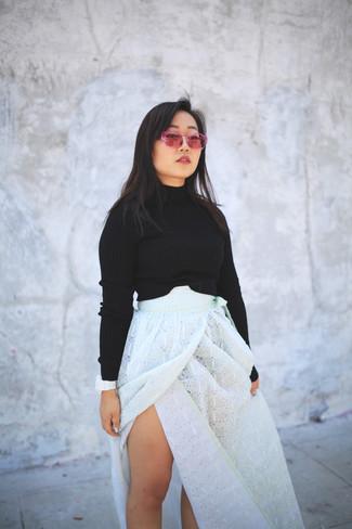 Cómo combinar: reloj de goma blanco, gafas de sol rosa, falda larga con ojete blanca, jersey corto negro