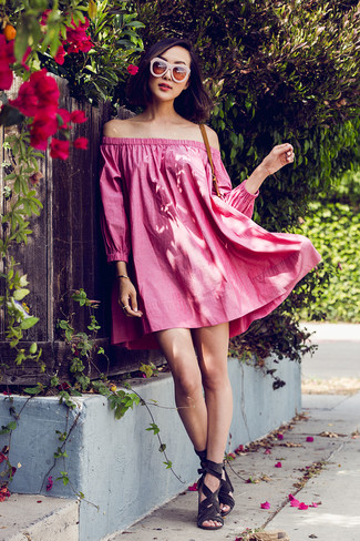 Cómo combinar: gafas de sol rosadas, sandalias de tacón de ante en gris oscuro, vestido con hombros al descubierto rosa