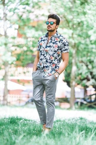 Cómo combinar: reloj de cuero en beige, gafas de sol verdes, pantalón chino gris, camisa de manga corta con print de flores azul marino