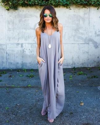 Cómo combinar: colgante blanco, gafas de sol verdes, sandalias de tacón de ante grises, vestido largo gris