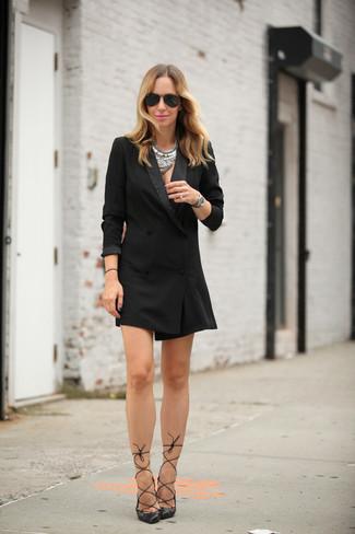 Cómo combinar: collar plateado, gafas de sol negras, zapatos de tacón de cuero negros, vestido de esmoquin negro