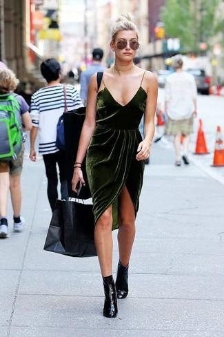 Cómo combinar: gargantilla dorada, botines de cuero negros, vestido camisola de terciopelo verde oscuro
