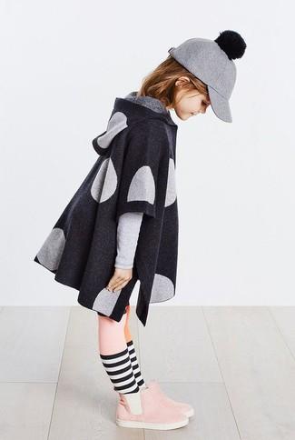 Cómo combinar: medias rosadas, gorra de béisbol de lana gris, botas de ante rosadas, abrigo en gris oscuro