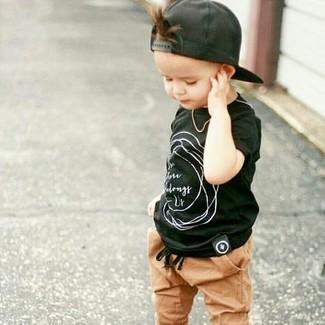 Cómo combinar: gorra de béisbol negra, pantalón de chándal marrón claro, camiseta negra