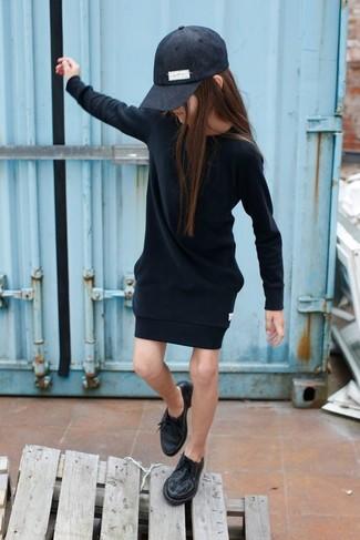 Cómo combinar: gorra de béisbol negra, zapatos oxford negros, vestido negro