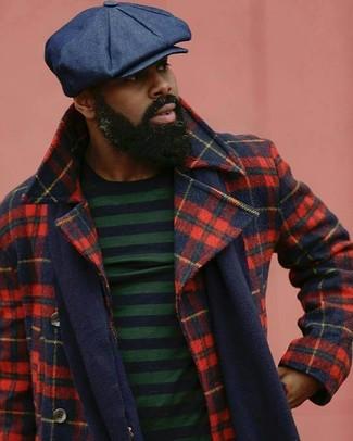 Cómo combinar: bufanda azul marino, gorra inglesa azul marino, jersey con cuello circular de rayas horizontales en azul marino y verde, chaquetón de tartán en rojo y azul marino