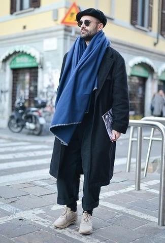 Cómo combinar: bufanda azul, gorra inglesa negra, deportivas en beige, pantalón chino negro