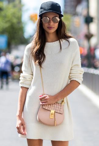 Cómo combinar: gafas de sol doradas, gorra inglesa negra, bolso bandolera de cuero en beige, vestido jersey blanco