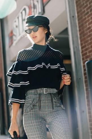 Combinar unos pantalones pitillo de tartán grises: Elige un jersey con cuello circular con volante negro y unos pantalones pitillo de tartán grises para conseguir una apariencia glamurosa y elegante.