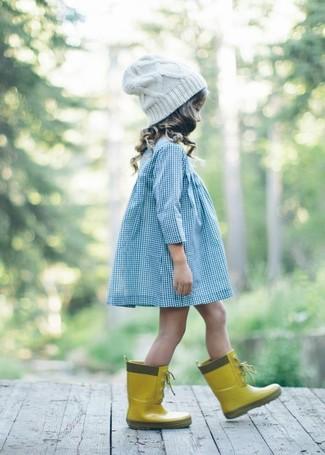 Cómo combinar: gorro blanco, botas de lluvia amarillas, vestido celeste