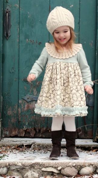 Cómo combinar: medias blancas, gorro blanco, botas negras, vestido de encaje blanco