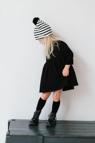 Cómo combinar: calcetines negros, gorro de rayas horizontales blanco, botas negras, vestido negro