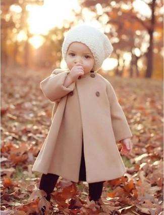 Cómo combinar: gorro blanco, leggings burdeos, abrigo en beige