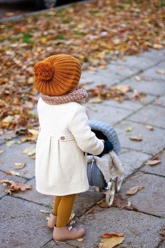 Cómo combinar: bufanda en beige, gorro naranja, botas en beige, abrigo blanco