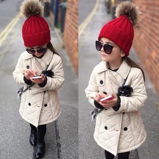 Cómo combinar: gafas de sol negras, gorro rojo, botas negras, gabardina en beige