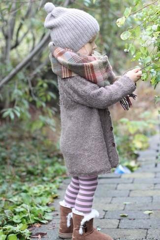 Cómo combinar: bufanda gris, gorro gris, botas ugg marrónes, abrigo gris