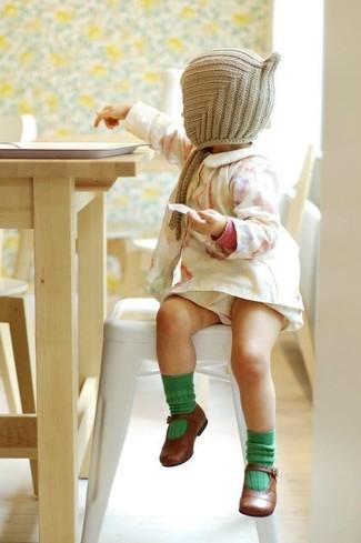 Cómo combinar: calcetines verdes, gorro en beige, bailarinas marrónes, vestido blanco