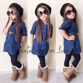 Cómo combinar: medias negras, gorro negro, botas ugg marrón claro, vestido vaquero azul marino