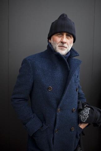 Cómo combinar: gorro negro, jersey de cuello alto de lana azul marino, chaquetón azul marino