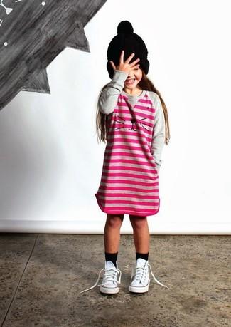 Cómo combinar: calcetines negros, gorro negro, zapatillas blancas, vestido de rayas horizontales rosa