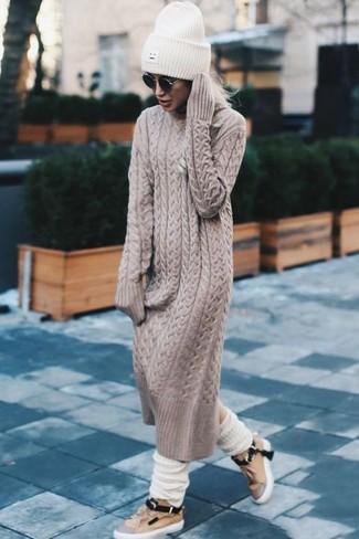 Cómo combinar: calcetines de lana blancos, gorro de punto blanco, tenis de cuero marrón claro, vestido jersey en beige