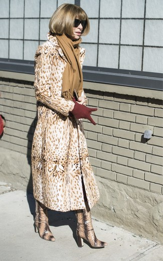 Cómo combinar: bufanda marrón claro, guantes de lana burdeos, botas de caña alta de cuero con print de serpiente marrón claro, abrigo de piel de leopardo marrón claro