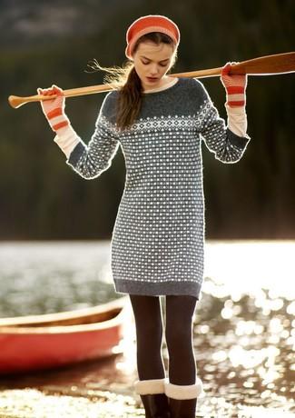 Cómo combinar: boina roja, guantes de lana rojos, camiseta de manga larga en beige, vestido jersey de grecas alpinos gris