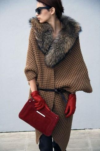 Cómo combinar: correa de cuero negra, guantes de cuero rojos, cartera sobre de ante roja, poncho de punto marrón