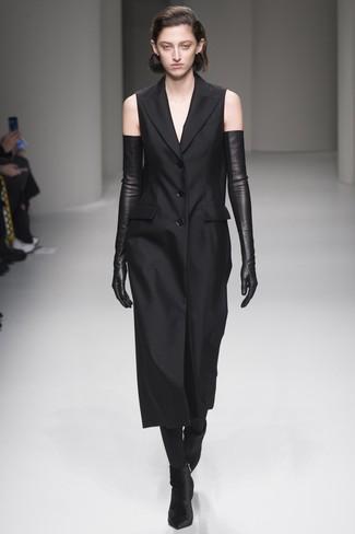 Cómo combinar: medias negras, guantes largos de cuero negros, botines de terciopelo negros, vestido de esmoquin negro