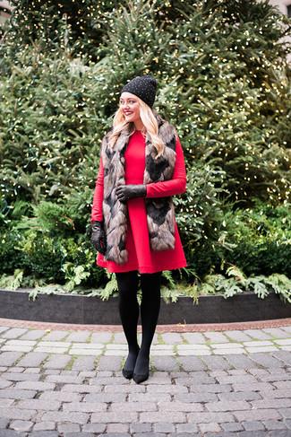 Cómo combinar: gorro con tachuelas negro, guantes de cuero con tachuelas negros, zapatos de tacón de ante negros, vestido de vuelo de lana rojo