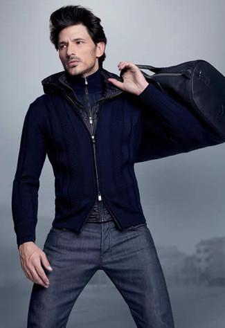 Cómo combinar: vaqueros azul marino, jersey con cremallera azul marino, jersey de cuello alto con cremallera azul marino, chaleco de abrigo negro