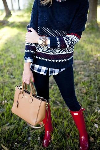 Look de moda: Jersey con Cuello Barco de Grecas Alpinos Azul Marino, Camisa de Vestir de Cuadro Vichy Azul Marino y Blanca, Leggings Negros, Botas de Lluvia Rojas