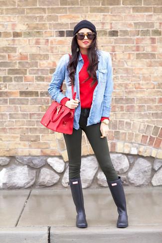Look de moda: Jersey con Cuello Barco Rojo, Camisa Vaquera Celeste, Vaqueros Pitillo Verde Oliva, Botas de Lluvia Azul Marino