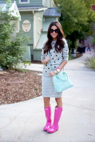Look de moda: Jersey con Cuello Barco a Lunares Gris, Minifalda de Rayas Horizontales Gris, Botas de Lluvia Rosa, Bolso de Hombre de Cuero Celeste