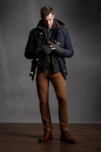 Cómo combinar: pantalón chino en tabaco, jersey con cuello chal en gris oscuro, chaleco de abrigo en gris oscuro, trenca azul marino