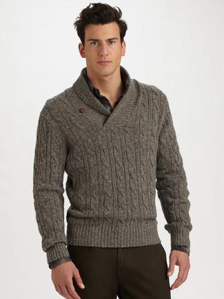 Cómo combinar: jersey con cuello chal gris, camisa de manga larga de tartán en gris oscuro, pantalón chino en marrón oscuro