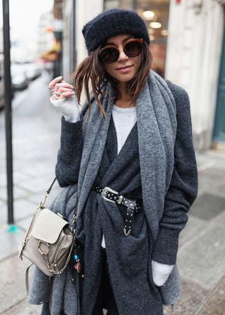 Combinar una correa de cuero con tachuelas negra: Para un atuendo tan cómodo como tu sillón equípate un abrigo en gris oscuro con una correa de cuero con tachuelas negra.
