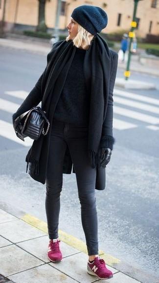 Cómo combinar: vaqueros pitillo en gris oscuro, jersey con cuello circular de angora negro, abrigo negro, chal negro