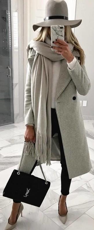 Cómo combinar: pantalones pitillo negros, jersey con cuello circular blanco, abrigo gris, chal gris