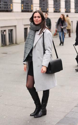 Cómo combinar: minifalda negra, jersey con cuello circular gris, abrigo gris, chal de tartán gris
