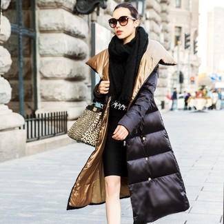 Cómo combinar: falda lápiz negra, jersey con cuello circular de pata de gallo en negro y blanco, abrigo de plumón negro, chal de punto negro