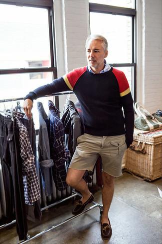 Cómo combinar: jersey con cuello circular azul marino, camisa de manga larga celeste, pantalones cortos en beige, mocasín de ante en marrón oscuro