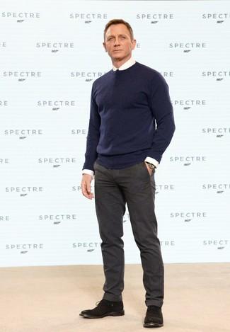 Look de Daniel Craig: Jersey con Cuello Circular Azul Marino, Camisa de Vestir Blanca, Pantalón de Vestir de Lana en Marrón Oscuro, Botas Safari de Ante en Marrón Oscuro