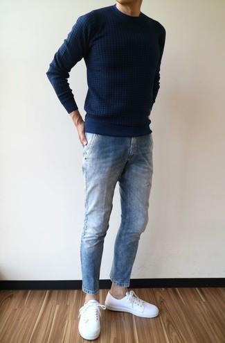 Cómo combinar: jersey con cuello circular azul marino, vaqueros azules, tenis de cuero blancos