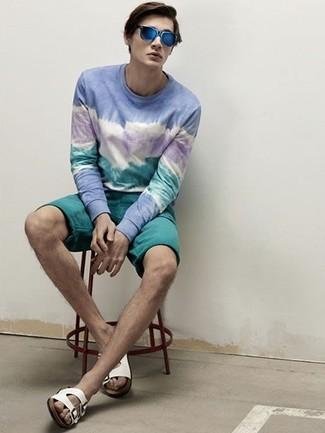 Cómo combinar: jersey con cuello circular con lavado ácido azul, pantalones cortos en verde azulado, sandalias de cuero blancas, gafas de sol azules