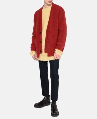 Cómo combinar: jersey con cuello circular blanco, cárdigan rojo, pantalón de vestir de lana negro, botines chelsea de cuero negros