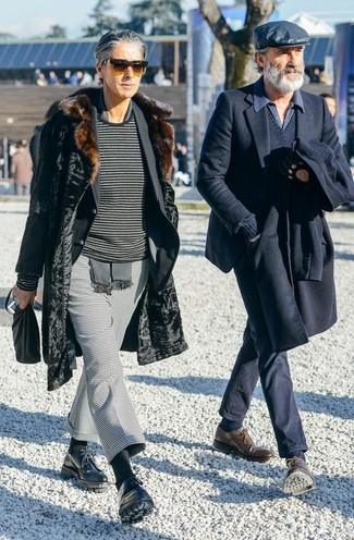 Cómo combinar: pantalón de vestir de pata de gallo gris, jersey con cuello circular de rayas horizontales en gris oscuro, blazer negro, abrigo de piel negro