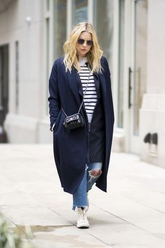 Cómo combinar: vaqueros desgastados azules, jersey con cuello circular de rayas horizontales en blanco y negro, blazer de rayas verticales negro, abrigo azul marino